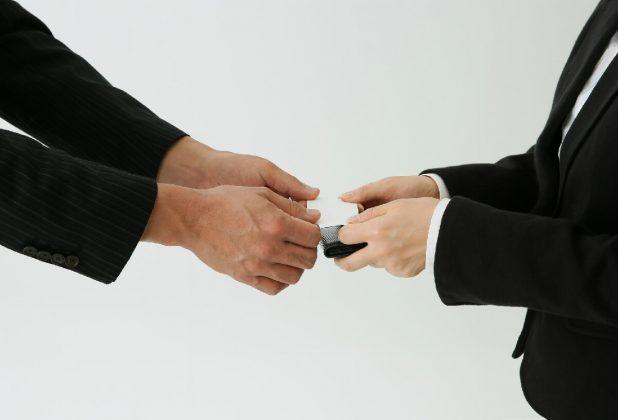名刺交換での名刺の受け取り方
